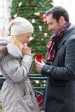 De jonge aantrekkelijke mens stelt huwelijk aan zijn liefde voor Royalty-vrije Stock Afbeeldingen