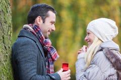 De jonge aantrekkelijke mens stelt huwelijk aan zijn liefde voor Stock Fotografie