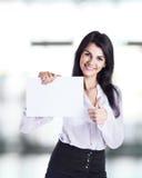 De jonge, aantrekkelijke, succesvolle bedrijfsvrouw toont adreskaartje royalty-vrije stock afbeeldingen