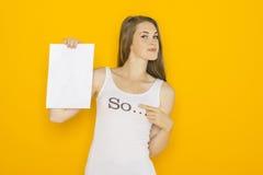 De jonge aantrekkelijke vrouw die van Nice leeg document houden Stock Afbeelding