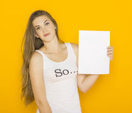 De jonge aantrekkelijke vrouw die van Nice leeg document houden Stock Foto