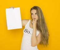 De jonge aantrekkelijke vrouw die van Nice leeg document houden Royalty-vrije Stock Foto