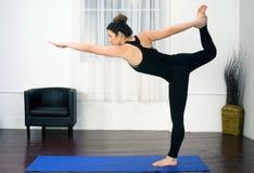 De jonge Aantrekkelijke Vrouwensaldi die stellen Yogapraktijk Danc bevinden zich royalty-vrije stock foto