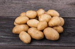 De jonge aardappels op houten lijst sluiten omhoog Royalty-vrije Stock Foto's