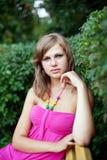 De jonge aardige vrouw van het portret openlucht Stock Afbeelding