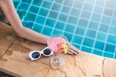 De jonge achtervrouw in bikini zwembad drinkt cocktail stock afbeeldingen