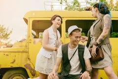 De jonge actieve meisjes en kerelhipsters hebben in openlucht de pretzomer Royalty-vrije Stock Foto