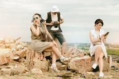 De jonge actieve meisjes en kerelhipsters hebben in openlucht pret Royalty-vrije Stock Foto's