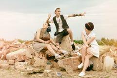 De jonge actieve meisjes en kerelhipsters hebben in openlucht pret Royalty-vrije Stock Afbeelding