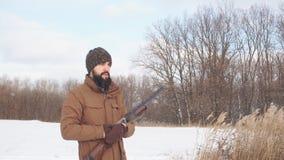 De jonge actieve mens brengt tijd bij het schieten door stock video
