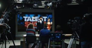 De jonge actoren bij talent tonen het introduceren stock afbeelding