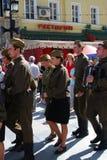 De jonge actoren presteren op de straat stock foto