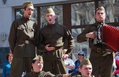 De jonge actoren zingen liederen stock foto's