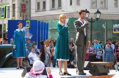 De jonge actoren zingen liederen op stadium royalty-vrije stock afbeelding
