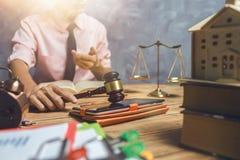 De jonge advocaat helpt ongeveer zijn klant nieuwe huisbelasting en lening c kopen Royalty-vrije Stock Afbeelding