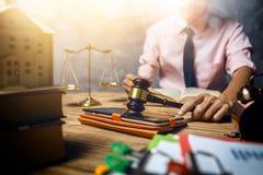 De jonge advocaat helpt ongeveer zijn klant nieuwe huisbelasting en lening c kopen royalty-vrije stock fotografie
