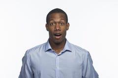 De jonge Afrikaanse Amerikaanse mens kijkt geschokt, horizontaal Stock Afbeelding
