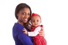 De jonge Afrikaanse Amerikaanse moederholding met haar babymeisje isoleert Royalty-vrije Stock Afbeeldingen