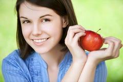 De jonge appel van de vrouwenholding Stock Foto's