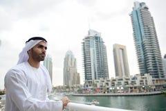 De jonge Arabische mens die van Emirati zich door het kanaal bevinden Stock Foto