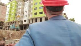 De jonge architect gaat naar de bouwwerf stock footage