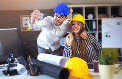 De jonge architecten maken selfie foto in bureau stock foto