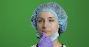 De jonge arts denkt Volwassen vrouwelijke medische arbeider die een juiste oplossing zoeken stock videobeelden