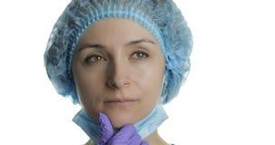 De jonge arts denkt Volwassen vrouwelijke medische arbeider die een juiste oplossing zoeken stock video