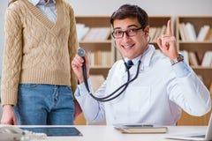 De jonge arts die patiënt met stethoscoop onderzoeken Royalty-vrije Stock Fotografie