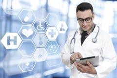 De jonge arts gebruikte medische toepassingen van een smartphone te leiden stock foto's