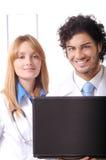 De jonge artsen gebruiken laptop Stock Afbeelding