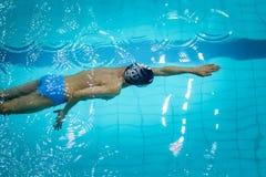 De jonge atleet zwemt vrij slag in pool Royalty-vrije Stock Foto's
