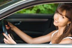 De jonge auto van de vrouwenzitting Royalty-vrije Stock Foto