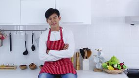 De jonge Aziatische chef-kok kruiste zijn wapens door zeker stock videobeelden
