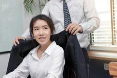 De jonge Aziatische chef- nemende vrouw van de zorgwerknemer in bureau royalty-vrije stock foto's