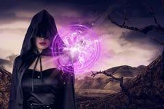 De jonge Aziatische heksenvrouw toont roze pentagram in zijn hand Stock Afbeeldingen