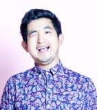 De jonge Aziatische Mens van Geeky in kleurrijk overhemd Royalty-vrije Stock Afbeelding