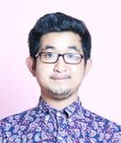 De jonge Aziatische Mens van Geeky in kleurrijk overhemd die glazen dragen Stock Afbeeldingen