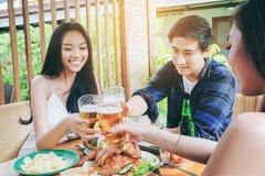 De jonge Aziatische mensen die van de groepsvriend gelukkige bierfestivallen vieren stock afbeeldingen
