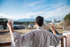 De jonge Aziatische mensentribune die zet Fuji op eruit zien royalty-vrije stock foto
