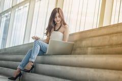 De jonge Aziatische onderneemster denkt over zijn succes met geluk stock afbeeldingen