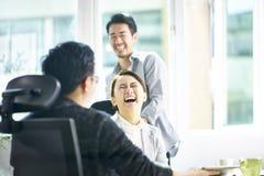 De jonge Aziatische onderneemster laat uit een groot gelach stock fotografie