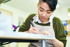 De jonge Aziatische Schetsen van de Vrouwentekening stock afbeeldingen