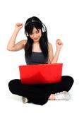 De jonge Aziatische vrouw het luisteren muziek van verwerkt gegevens Royalty-vrije Stock Afbeeldingen
