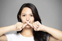 de jonge Aziatische vrouw met belemmert gebaar royalty-vrije stock fotografie