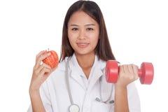 De jonge Aziatische vrouwelijke appel en de domoor van de artsengreep Stock Afbeeldingen