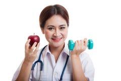 De jonge Aziatische vrouwelijke appel en de domoor van de artsengreep Royalty-vrije Stock Fotografie