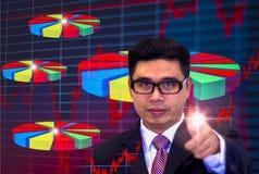 De jonge Aziatische zakenlieden, die donkere glazen en zwarte kostuums dragen, die vingers richten die grafiek, Ogen richten word stock afbeeldingen