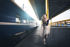 De jonge ballerina danst in het de herfstpark in de ochtend Stock Fotografie