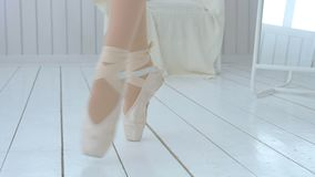 De jonge ballerina leert om op pointe te lopen en te dansen stock videobeelden